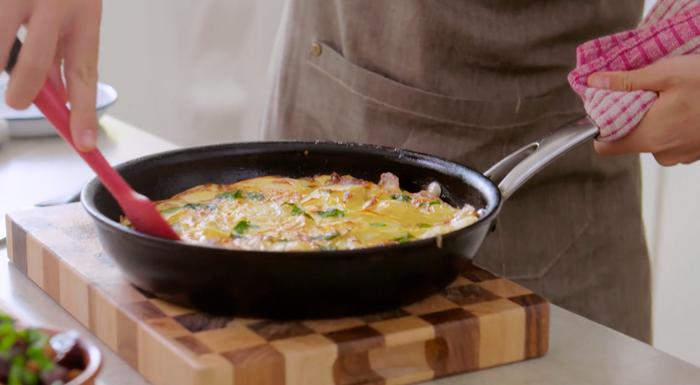 preparing Spanish tortilla